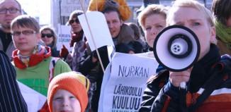 Mielenosoitus koulujen puolesta kaupungintalolla 5.5.2014.