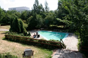 Malmin uimahallin kesäkauden helmi on takapihalta löytyvä auringonottopaikka ja lasten allas. KUVA PIRJO PIHLAJAMAA