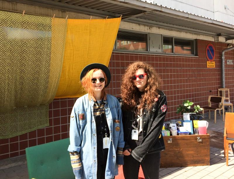 Ilona Mustonen ja Stella Haag ovat nauttineet kesätyöpaikasta, jossa he ovat oppineet uusia taitoja ja saaneet positiivista palautetta asukkailta.