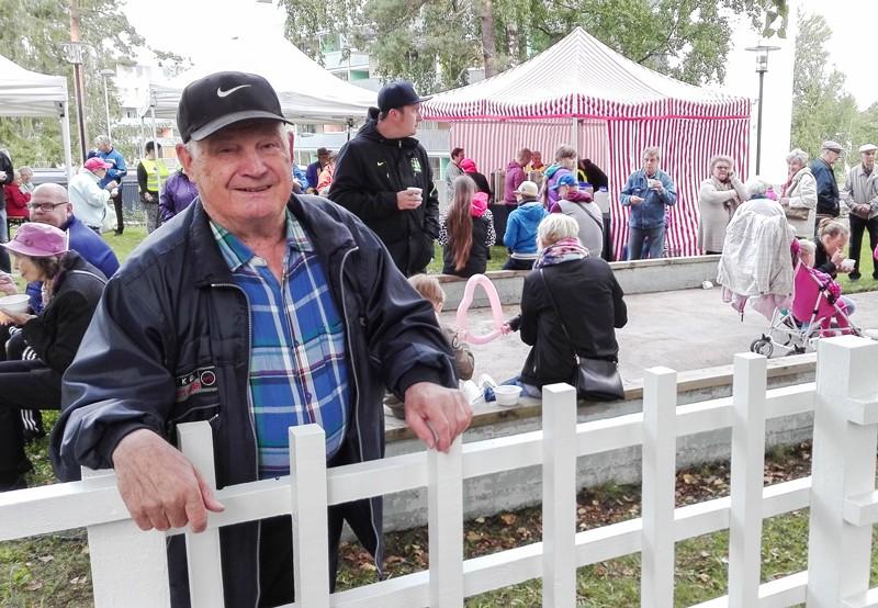 Kauko Päivinen on yksi Jakomäen kaupungin vuokratalojen alkuperäisistä asukkaista. KUVA JANI JAKONEN