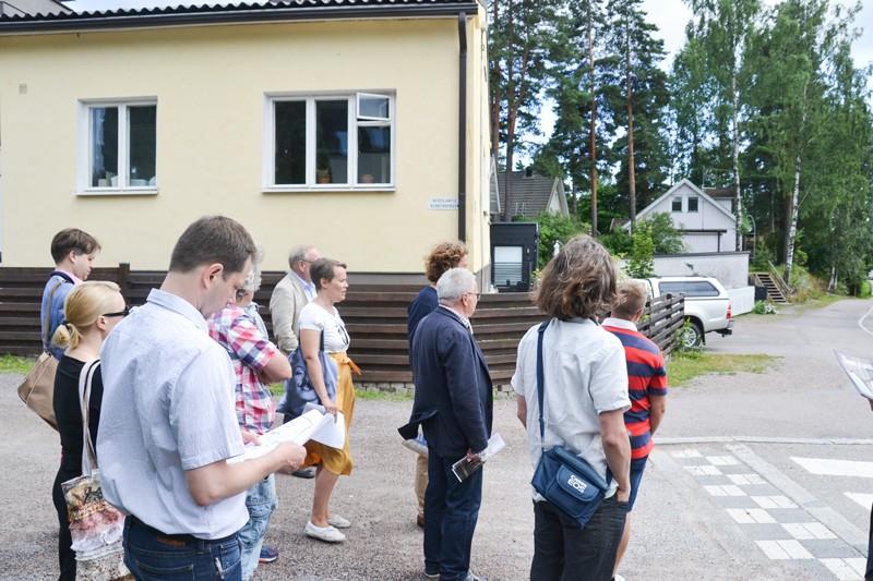 Arkkitehti Joakim Kettunen, kuvassa vasemmalla, kuunteli kiinnostuneena ja myös kyseli Tapanilan rakennuksista ja niiden historiasta.