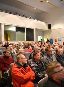Helenin hanke kiinnosti, Puistolan peruskoulun auditorio ja parvi olivat täynnä asukkaita, osa seisoi käytävillä.