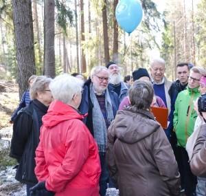 Välillä katsottiin kartasta, miten voimalaitos polun kupeeseen sijoittuisi. Asukkaiden ympäröimimä Björn Månsson, Pekka Puska ja Kimmo Tiilikainen.