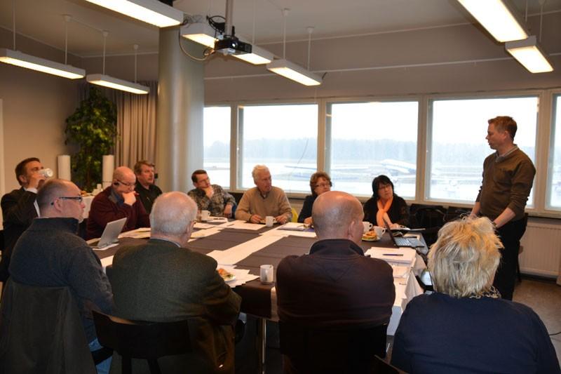 Malminseudun Yritysyhdistyksen hallitus kuuli kokouksensa aluksi Timo Hyvösen selostuksen Malmin lentokentän tilanteesta