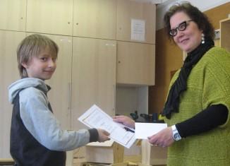 Opettaja Jaana Tuomisto luovutti Marten Mustille valtakunnallisen käsityökoulustipendin. Kuva Hamzah Hussein