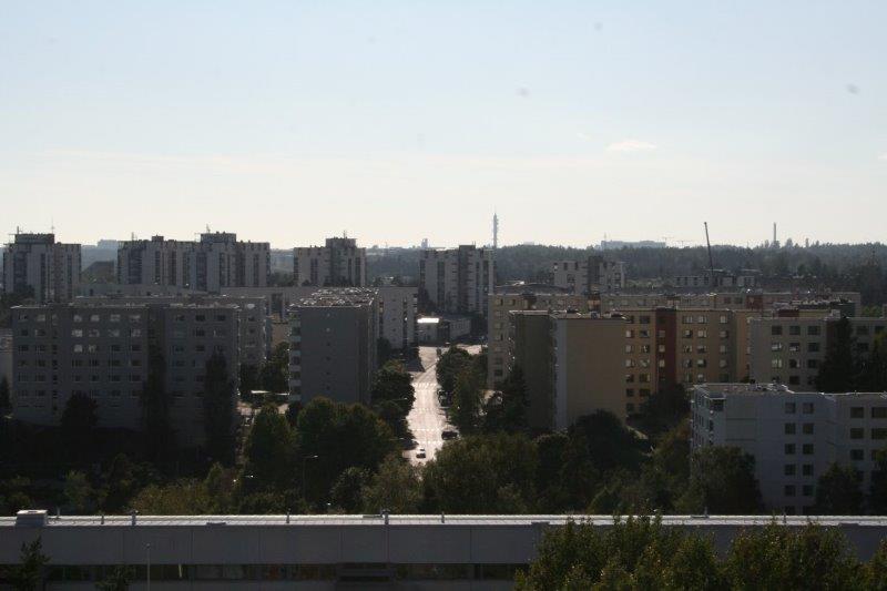 PIHLAJAMÄKI_Graniittitien katolta katse kohti Pihlajistoa ja sen takana kohoavaa Viikinmäkeä.