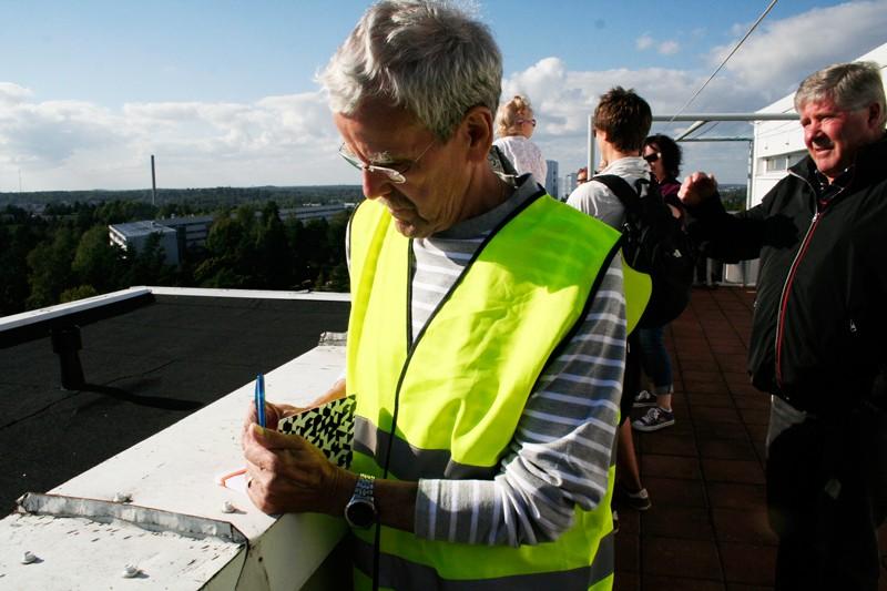 PIHLAJAMÄKI_Tapio Elomaa kirjaa kävijämäärät ja esittelee Graniittitie 7:n hulppeita näköaloja. Hän kertoo, että pyykinpesun ohessa kattoterassilta on mukava seurata laivaliikennettä. Hyvällä säällä näkee Tallinnaan asti.