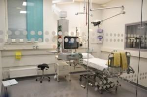 Päivystyksen valvontaosaston potilastilat ovat seinin eristetyt, mutta ikkunoidut, jotta hoitohenkilökunta näkee kaikki potilaat koko ajan.