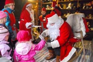 Kaikki lapset saavat joulupukilta, muorilta ja heitä avustavilta tontuilta joulupussit, joissa on mukavia yllätyksiä sisällä.