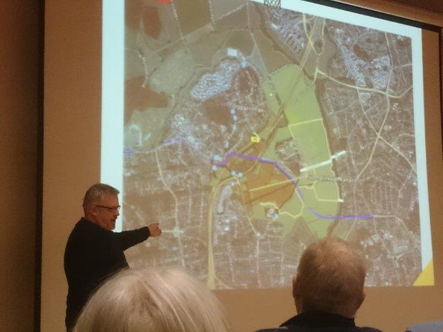 Arkkitehti Tapani Rahkamo esittelee Vantaanjoen raitiotiesiltaa.