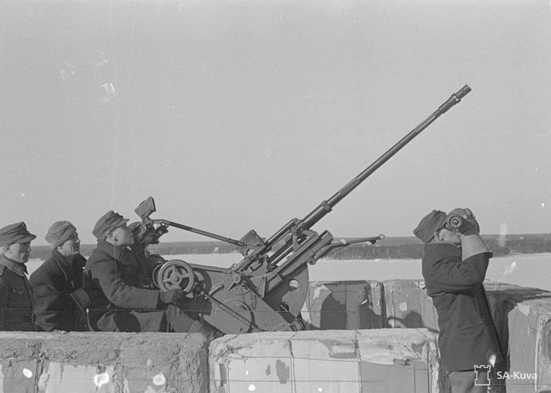 Ilmatorjuntajoukkojen tehtävänä oli suojata kotiseutua ja sotatoimialueita ilmahyökkäyksiltä, mutta joukkojen määrä oli tehtävään liian vähäinen. Ilmatorjuntajoukot tilastoivat 300 viholliskoneen pudotusta.  Ilmatorjuntaa Alkon katolla. KUVA SA-KUVA