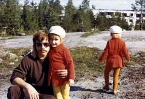 Sisarukset uusissa keinonahkahatuissaan ja takeissaan - pitihän ne kuvata. Lapset isän kanssa Jakomäentie 10-20 välisellä kalliolla noin vuonna 1973. KUVA SEPPO JA MARJATTA SALO