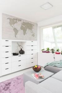 Yläkerran tv-tilassa on akustiikkalevylle painettu maailmankartta, johon voidaan vaikka merkitä nuppineuloilla maat, joissa on käyty.  Hedelmäkulho ja värikäät korit ovat malmilaisesta sisustusliikkeestä.