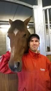 Eppu on jo taas oppinut istumaan rennosti hevosen selässä, oikea asento on tärkeä osata.