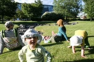 Vilho- ja Eero-poikiensa kanssa japanilaiseen puutarhaan pyöräilleet Mikko ja Aino Turku eivät usko museovieraiden löytävän Viikkiin.