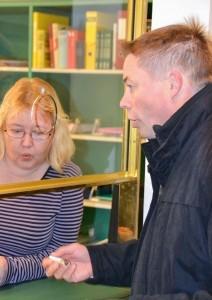 Kirjaaja Tiina Jauhiainen oli aivan hämmentynyt lukuisien kuvaajien määrästä. Timo Hyvönen jätti kuntalaisaloitteen sekä paperisena versiona, että muistitikulle koottuna.