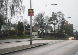 Heikinlaakson nopeusnäyttö Törmätien ja Sienitien kohdalla säädetään uudelleen. Tiellä on edelleen 50 km/h nopeusrajoitus, vaikka nopeusnäyttö on ollut toista mieltä.