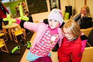 Juhlissa viihtyneet Sofia,6, ja Jasmiina, 4, Vendelin ovat tuoreita tapulikaupunkilaisia, jotka aikovat käyttää jatkossa kirjaston palveluita. Takana äiti Tea Vendelin.