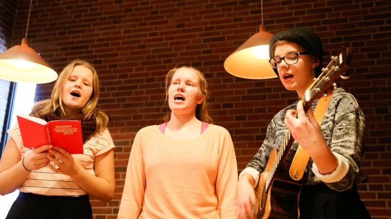 Eveliina Jussila (vas.), Reija Vesamäki ja Aino Heikka viihdyttivät laulullaan ja soitollaan Malmin kirkossa.