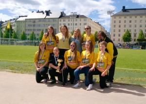 Palkintopokaali oli mannaa, Ladies-sarjassa MPS/Akatemian maali pysyi puhtaana sarjavoiton varmistumiseen saakka. Oikealla valmentaja Jukka Airaksinen. Kuva Merja Lappi