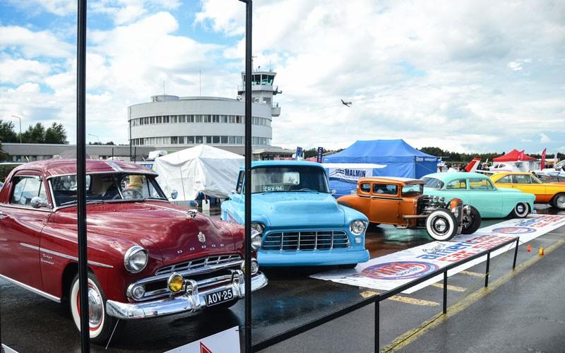Vanhat autot olivat herkullinen lisä ilmailunäytöksen tarjontaan. Kuva Johanna Hokkanen