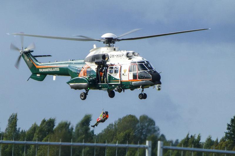 Rajavartioston pelastusnäytöstä seurattiin tarkasti. Kuva Jarmo Loponen