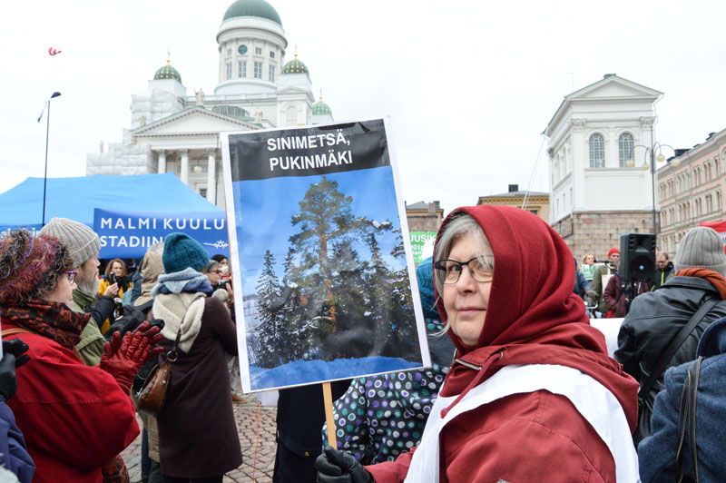 Anneli Mikkonen Laajasalosta kantoi Pukinmäen lähimetsää kuvaavaa kylttiä. Mikkonen kertoi olevansa mielenosoituksessa puolustamassa kaikkia viheralueita rakentamiselta.
