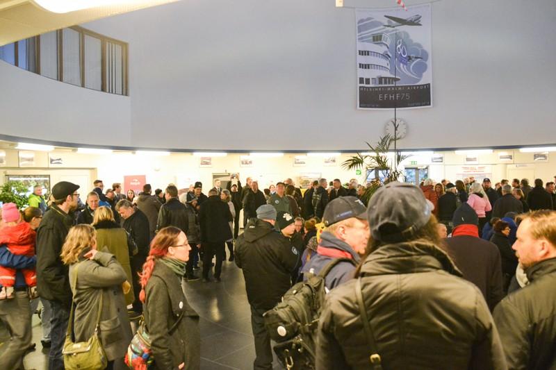 Lähempänä yhtä lentoaseman aula alkoi olla jo täynnä väkeä. TEIJA LOPONEN