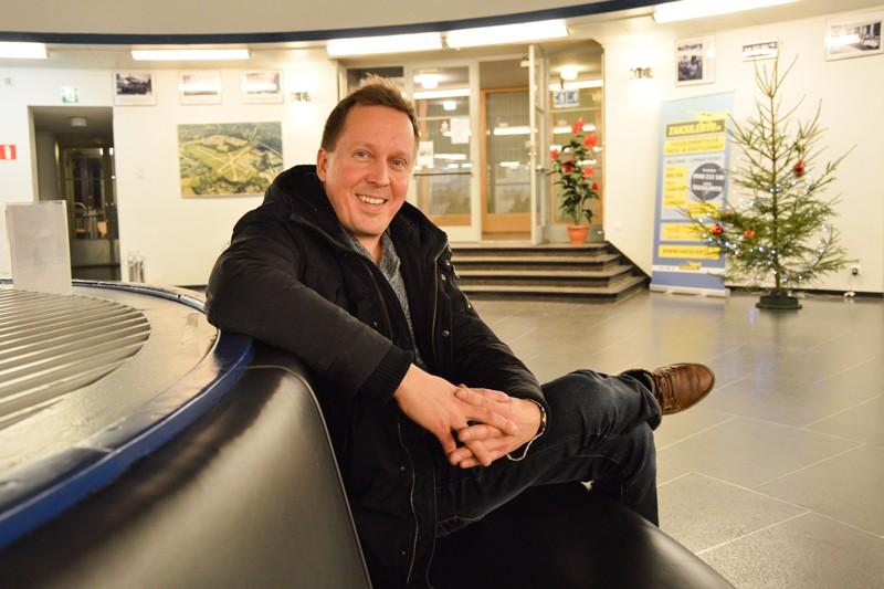 Malmin lentoaseman päällikkö Petteri Junnon aikakausi vaihtuu Malmin lentokenttäyhdistyksen aikakauteen, jonka puheenjohtaja on kuvan Niko Lamberg. PIRJO PIHLAJAMAA