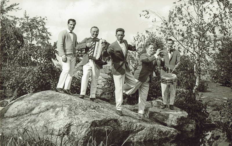 Teuvo Ihanus yhtyeineen esiintyi kesäisin myös Linnanmäen lavalla. Kuvassa myös Taisto Saaresaho, Olli Rajasalo, Raimo Suhonen ja Göran Lindblad.