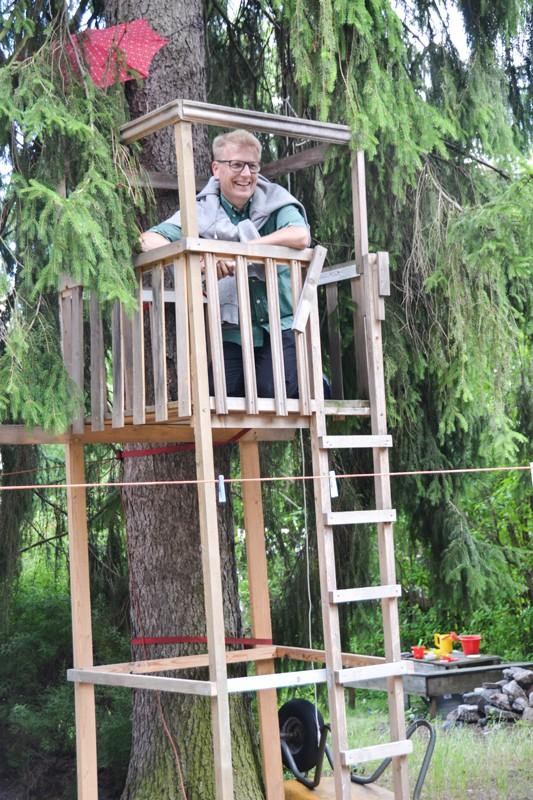Asuntoministeri Kimmo Tiilikainen tutustui puussa olevaan majaan Aapontiellä.