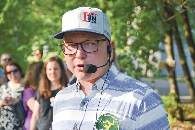 Matti Väisänen oli itse kerännyt kävelykierroksella kertomansa historiatiedot.