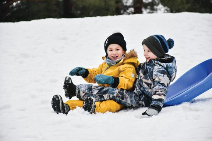 lapset mäessä